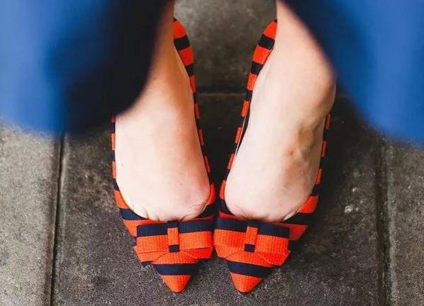 zapatos naranjas y azules